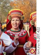Женщина в мордовском национальном костюме (2010 год). Редакционное фото, фотограф Гуньков Валерий Анатольевич / Фотобанк Лори