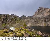 Одинокая палатка под перевалом Динозавр. Тункинские гольцы. Восточные Саяны. Стоковое фото, фотограф Виктор Никитин / Фотобанк Лори