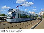 Новый трамвай PESA Fokstrot 71-414 6 маршрута на Волоколамском трамвайном путепроводе (Москва) (2014 год). Редакционное фото, фотограф Александр Замараев / Фотобанк Лори