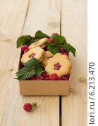 Домашнее печенье с малиновым конфитюром и свежей малиной. Стоковое фото, фотограф Ольга Лепёшкина / Фотобанк Лори