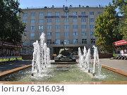 Фонтан и танк у здания префектуры СЗАО в Москве (2014 год). Редакционное фото, фотограф lana1501 / Фотобанк Лори