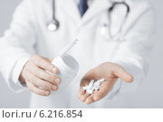 Купить «doctor hands holding white pack and pills», фото № 6216854, снято 10 апреля 2013 г. (c) Syda Productions / Фотобанк Лори