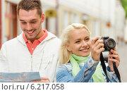 Купить «smiling couple with map and photocamera in city», фото № 6217058, снято 14 июня 2014 г. (c) Syda Productions / Фотобанк Лори