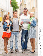 Купить «group of smiling friends with map and photocamera», фото № 6217070, снято 14 июня 2014 г. (c) Syda Productions / Фотобанк Лори