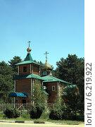 Купить «Деревянная церковь на городской окраине», эксклюзивное фото № 6219922, снято 26 июля 2014 г. (c) Игорь Веснинов / Фотобанк Лори