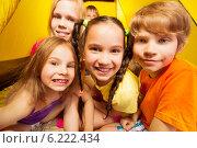 Купить «Портрет из пяти детей в палатке», фото № 6222434, снято 30 мая 2014 г. (c) Сергей Новиков / Фотобанк Лори
