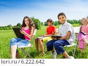 Купить «Группа детей рисует на природе», фото № 6222642, снято 8 июня 2014 г. (c) Сергей Новиков / Фотобанк Лори