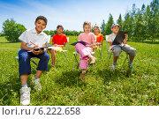 Купить «Группа детей рисует на природе», фото № 6222658, снято 8 июня 2014 г. (c) Сергей Новиков / Фотобанк Лори