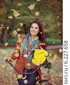 Купить «Красивая девушка в осеннем парке на велосипеде», фото № 6227658, снято 15 октября 2013 г. (c) Дарья Петренко / Фотобанк Лори