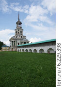 Надвратная спасская церковь Борисоглебского. Стоковое фото, фотограф Илья Хаскин / Фотобанк Лори