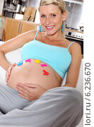 Купить «Pregnant woman spending free time.», фото № 6236670, снято 16 июня 2019 г. (c) BE&W Photo / Фотобанк Лори
