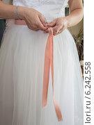 Купить «Невеста завязывает ленту на платье», фото № 6242558, снято 26 июля 2014 г. (c) Наталья Степченкова / Фотобанк Лори