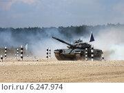 Купить «Танк Т-72Б финиширует в дыму. Алабино. Чемпионат мира по танковому биатлону», эксклюзивное фото № 6247974, снято 6 августа 2014 г. (c) Алексей Гусев / Фотобанк Лори