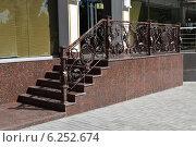 Купить «Кованные ажурные перила и мраморная лестница», фото № 6252674, снято 4 августа 2014 г. (c) Рамиль Усманов / Фотобанк Лори