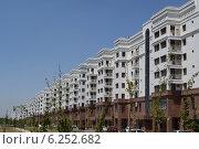 Купить «Современный жилой дом в центре города», фото № 6252682, снято 19 июля 2014 г. (c) Рамиль Усманов / Фотобанк Лори