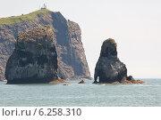 Мыс и две скалы из группы 3 брата в Авачинской бухте на Камчатке. Стоковое фото, фотограф Ольга Липунова / Фотобанк Лори