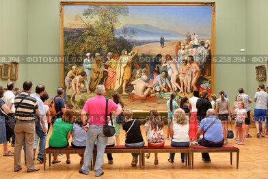 Государственная Третьяковская галерея. Многочисленные туристы перед картиной художника Александра Андреевича Иванова «Явление Христа народу» («Явление Мессии»)