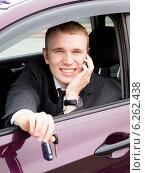 Купить «Счастливый покупатель нового автомобиля с ключами в руке говорит по мобильному телефону», эксклюзивное фото № 6262438, снято 1 августа 2014 г. (c) Артём Крылов / Фотобанк Лори