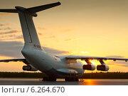 Купить «Транспортный самолет Ил-76МД на стоянке на фоне заката», фото № 6264670, снято 9 августа 2014 г. (c) Владимир Мельников / Фотобанк Лори