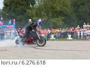Купить «Дым от колеса мотоцикла на стантрайдинге в селе Верховажье», фото № 6276618, снято 9 августа 2014 г. (c) Николай Мухорин / Фотобанк Лори
