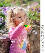 Белокурая девочка в розовой футболке летом (2012 год). Редакционное фото, фотограф Нина Ефремова / Фотобанк Лори