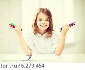 Купить «smiling girl showing colorful felt-tip pens», фото № 6279454, снято 31 июля 2013 г. (c) Syda Productions / Фотобанк Лори