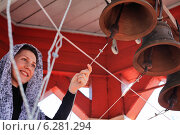 Купить «Девушка звонарь на колокольне в Пасхальный день», эксклюзивное фото № 6281294, снято 20 апреля 2014 г. (c) Александр Гаценко / Фотобанк Лори