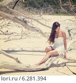 Купить «Девушка в белом платье на стволе сухого дерева», фото № 6281394, снято 28 января 2020 г. (c) Mikhail Starodubov / Фотобанк Лори