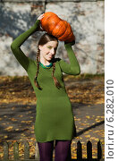 Купить «Young girl in the park in autumn», фото № 6282010, снято 19 февраля 2018 г. (c) BE&W Photo / Фотобанк Лори