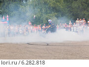 Купить «Алексей Калинин жжёт резину своего мотоцикла на мото-шоу», фото № 6282818, снято 9 августа 2014 г. (c) Николай Мухорин / Фотобанк Лори