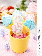 Купить «Kids party: marshmallow cake pops in yellow bucket», фото № 6284590, снято 23 сентября 2018 г. (c) BE&W Photo / Фотобанк Лори