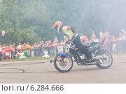 Купить «Много дыма на мото-шоу в Верховажье. Юный каскадёр Фома Калинин», фото № 6284666, снято 9 августа 2014 г. (c) Николай Мухорин / Фотобанк Лори