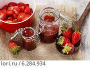 Купить «Making strawberry jam», фото № 6284934, снято 20 октября 2018 г. (c) BE&W Photo / Фотобанк Лори