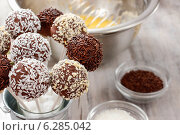 Купить «Chocolate cake pops in silver bucket. Party dessert», фото № 6285042, снято 29 февраля 2020 г. (c) BE&W Photo / Фотобанк Лори