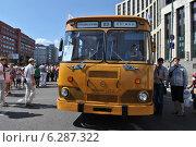 Купить «Городской автобус ЛиАЗ-677М на ретропараде к 90-летнему юбилею московского автобуса, проспект Академика Сахарова, Москва, 9 августа 2014», эксклюзивное фото № 6287322, снято 9 августа 2014 г. (c) lana1501 / Фотобанк Лори