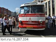 Купить «Автобус ЛАЗ-695Е на ретропараде к 90-летнему юбилею московского автобуса, проспект Академика Сахарова, Москва, 9 августа 2014», эксклюзивное фото № 6287334, снято 9 августа 2014 г. (c) lana1501 / Фотобанк Лори