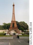 Купить «Копия Эйфелевой башни в парке миниатюр в Паттайе, Таиланд», фото № 6288334, снято 4 января 2014 г. (c) Elena Odareeva / Фотобанк Лори