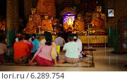 Купить «Люди молятся в храме, Мьянма», видеоролик № 6289754, снято 21 апреля 2014 г. (c) pzAxe / Фотобанк Лори