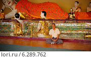 Купить «Мужчина медитирует в храме Great Dagon Pagoda», видеоролик № 6289762, снято 21 апреля 2014 г. (c) pzAxe / Фотобанк Лори
