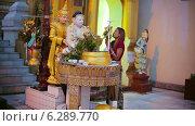 Купить «Прихожане в буддийском храме», видеоролик № 6289770, снято 21 апреля 2014 г. (c) pzAxe / Фотобанк Лори