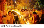 Купить «Прихожане зажигают масляные лампы», видеоролик № 6289786, снято 21 апреля 2014 г. (c) pzAxe / Фотобанк Лори