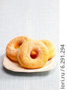 Купить «Sugar ring donuts», фото № 6291294, снято 25 мая 2019 г. (c) BE&W Photo / Фотобанк Лори