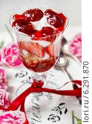 Купить «Layer strawberry and muesli dessert in glass goblet. Selective focus», фото № 6291870, снято 20 ноября 2018 г. (c) BE&W Photo / Фотобанк Лори