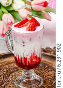 Strawberry milkshake, beautiful bouquet of pink and white tulips in the background. Стоковое фото, агентство BE&W Photo / Фотобанк Лори