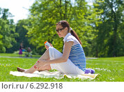 Купить «Pregnant woman having picnic in a park.», фото № 6292918, снято 21 ноября 2018 г. (c) BE&W Photo / Фотобанк Лори