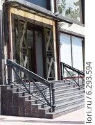 Купить «Вход в здание с лестницей», фото № 6293594, снято 14 августа 2014 г. (c) Рамиль Усманов / Фотобанк Лори