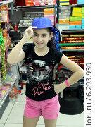Купить «Девочка примеряет шляпку в магазине», фото № 6293930, снято 19 июля 2018 г. (c) Валерий Шилов / Фотобанк Лори