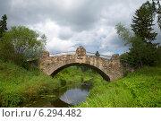 Купить «Старинный каменный мост над рекой Славянкой. Павловск», фото № 6294482, снято 17 августа 2014 г. (c) Виктор Карасев / Фотобанк Лори