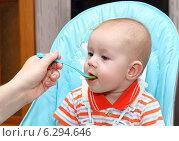 Купить «Кормление малыша», фото № 6294646, снято 7 июля 2014 г. (c) EgleKa / Фотобанк Лори