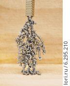 Купить «Мелкие металлические винты висят на магните», эксклюзивное фото № 6295210, снято 27 июля 2014 г. (c) Dmitry29 / Фотобанк Лори